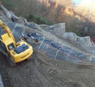 单向土工格栅加固斜坡